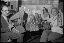 24695-6-19A Thea en Gerrit Sterker, die in hun zevenkamerwoning aan de Hoyledesingel 12 een poppentheater willen ...