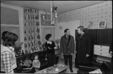 24695-7-33 Politicus en fractievoorzitter van D'66 in de Tweede Kamer Jan Terlouw brengt een bezoek aan een woning in ...