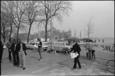 24712-6-17 Als rechters verklede demonstranten protesteren voor het gebouw van de Steenkolen Handels Vereniging (SHV) ...