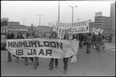 24734-3-32 Werkende jongeren demonstreren op het Schouwburgplein voor de invoering van een minimumjeugdloon.