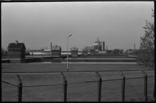 24734-6-16 Het terrein van de Drinkwaterleiding aan de Honingerdijk. Op de achtergrond het Adriaan Volker Huis aan de ...