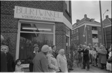 24737-6-14 Opening van de buurtwinkel Spangen aan de Spiegelstraat 2a door de heer A. Apon (zwart costum, midden) van ...