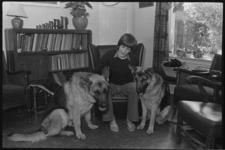 24738-1-6 Portret van basketbalster Carla de Liefde met twee honden.