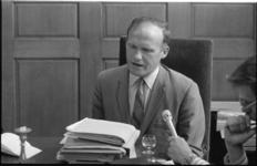 24738-5-26 Wethouder Minus Polak, wethouder verkeer en openbare werken, in zijn werkkamer in het stadhuis. Op ...