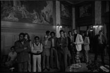 24743-7-9 Spelers en coach van het basketbalteam Transol RZ worden door wethouder Henk van der Pols ontvangen in het ...