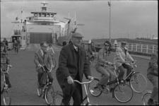 24749-5-34 Kamervoorzitter Anne Vondeling fietst van Maassluis via het overzetveer naar Rozenburg, om daar een ...