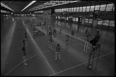 24774-4-33 Volleybal tijdens het sportfeest in de Energiehal.