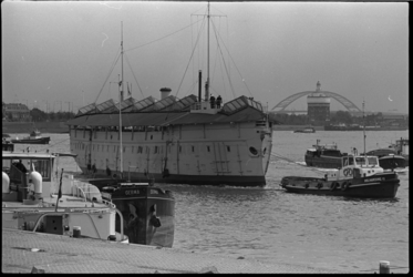 24783-1-30 Het ramtorenschip De Buffel op de Nieuwe Maas ter hoogte van de Maasboulevard. Het wordt versleept vanaf de ...