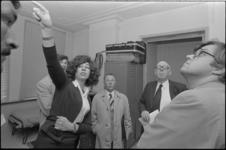 24794-5-28 De president van de rechtbank, mr. J.G.L. Reuder, (2e van rechts) bezoekt een Marokkaans pension in de De la ...