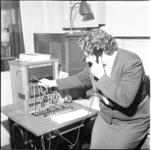 249 Mevrouw achter de telefooncentrale van de Rijksverkeersinspectie aan de Heemraadssingel.