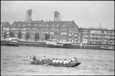 24907-6-31 Roeiboot op de Nieuwe Maas bij het Noordereiland met Zwitsers die van Zürich naar Rotterdam hebben geroeid.