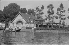 24909-3-14 De societeit van de Konnklijke Roei- en Zeilvereniging De Maas aan de Veerhaven.
