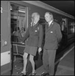 24949-2-8 Een vrouwelijk personeelslid van de RET stapt in de metro.