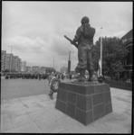 24952-2-9 Herdenking bij het Mariniersmonument op het Oostplein. P. Maas, president van de Nederlandse ...