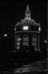 24967-6-10 De watertoren op het drinkwaterleidingterrein wordt verlicht.