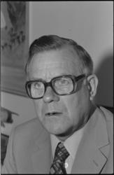 24968-1-2 Portret van dr. H. Esseveld, die op 4 september afscheid neemt als hoofd van het centraal bacteriologisch ...
