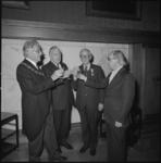 24972-4-6 Burgemeester Wim Thomassen toost met de scheidende wethouders: Henk Jettinghoff, (2e van links), Jan Worst en ...