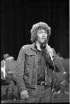 25009-4-5 De Britse acteur Peter Gilmore (acteur in televisieserie Onedin Line) treedt als zanger op in het Luxor Theater.