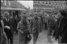 25053-2-7 Koningin Juliana bezoekt het wijkcentrum Middelland in de 1e Middellandstraat. Op de achtergrond de Jan ...