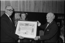 25112-3-28 De Rotterdam Promotieprijs voor ir. F. Posthuma,(links) uitgereikt door J.J. Van Raalte van Club 25.