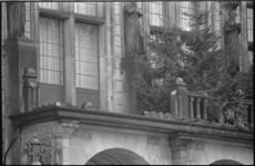 25140-6-5 Het balkon van het stadhuis aan de Coolsingel, dat door een storm is beschadigd.