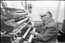 25160-4-26 Portret van organist Bernard Drukker.