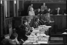 25185-1-31 Het college van burgemeester en wethouders tijdens een raadsvergadering over de prostitutie in Katendrecht.