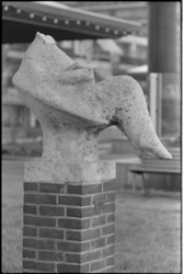 25187-6-21 Het door vandalen beschadigde beeld 'Lezend meisje' op het Schouwburgplein.