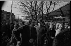 25222-4-29 André van der Louw opent een postkantoor aan de Burgemeester Boumannlaan