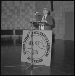 25269-4-2 Premier drs. J.M. den Uyl houdt een rede voor de Economische Faculteitsvereniging in de aula van de Erasmus ...