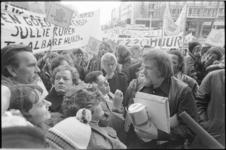 25278-3-2 Wijkbewonersprotest tegen het huurbeleid, bij de aankomst van staatssecretaris Jan Schaefer op de Coolsingel ...