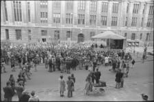 25291-2-20 Bevrijdingsdag '75 met feesttent en publiek op de Coolsingel voor het oude postkantoor