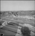 25365-2-7 Het Marconiplein met links het Witte Dorp, de Tjalklaan en kinderboerderij De Bokkesprong. Rechts de woonwijk ...
