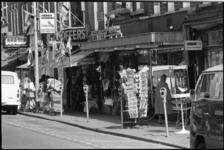 25369-4-12 De Noordmolenstraat met winkels van de Mantelspecialist, de Noorder Tassenhandel en Lindor.