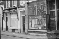 25369-6-23 De Zwaanshals met op nr. 130 de verlaten winkel van Motorhandel A.J. Huige.