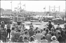 25379-2-11 Actievoerende binnenvaartschippers bij de Spijkenisserbrug worden opgeroepen om hun blokkadeacties te beëindigen.