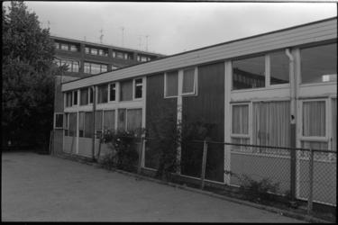 25398-6-21 Vernielde ruiten van een school aan de Noorderhavenkade.
