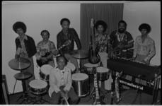 25406-6 Kaapverdiaanse musici bij hun muziekinstrumenten.