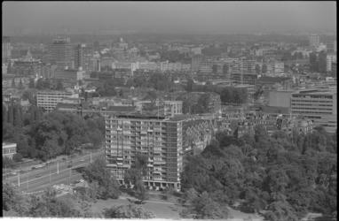 25408-6-17 Rotterdam-Centrum vanaf de Euromast. Geheel links de Laurenstoren. Op de voorgrond de Parkflat aan de ...