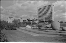 25410-3-8 Het complex Woudestein van de Erasmus Universiteit Rotterdam.