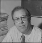 25419-2-5 Portret van prof. dr. Peter R. Odell, directeur van het economisch-geografisch instituut van de ...