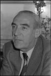25421-4-32 Portret van N. de Vries, directeur van het Gemeente-Energiebedrijf (GEB).