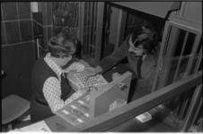 25439-4-18 Burgemeester A. van der Louw koopt kinderzegels in het postkantoor aan de Coolsingel.