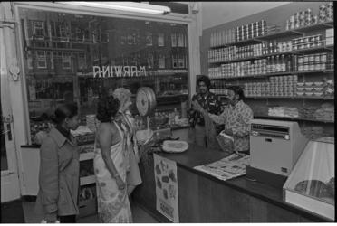 25448-4-2 Marwina, een winkel met agrarische produkten uit Suriname aan de Mathenesserweg 10a.