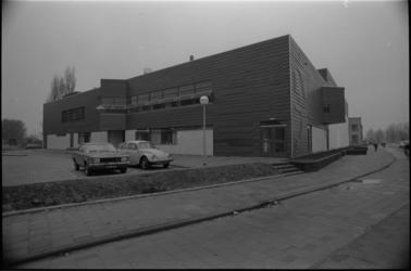 25449-2-3 Exterieur sporthal Gerdesiaweg hoek Slaak. In het middel is net de schoorsteen zichtbaar van het Oostelijk Zwembad.