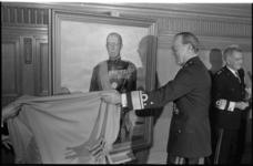 25471-3-22 Na afloop van een defilé op de Coolsingel met 850 mariniers en 1600 oud-mariniers onthult Prins Bernhard in ...
