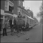 25567-2 Verhuizing door (en van) de familie J. de Vos vanaf de Spiegelnisserkade door verhuisbedrijf H. Vos met twee ...