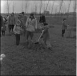 256 Kinderen planten bomen langs de Oldegaarde in Zuidwijk.
