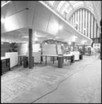 25612-1-4 De hal van het postkantoor aan de Coolsingel met de opbouw en inrichting van het Hulp- en Informatie Centrum ...