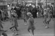 25616-4-4 Majorettes vieren de Coolsingel nieuwe stijl; burgemeester A. van der Louw en echtgenote kijken toe; ...
